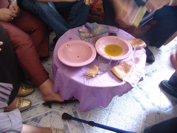 Aceite de oliva, pan y huevos duros.