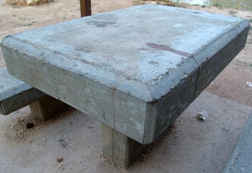 Mesa en el parque de Muel.